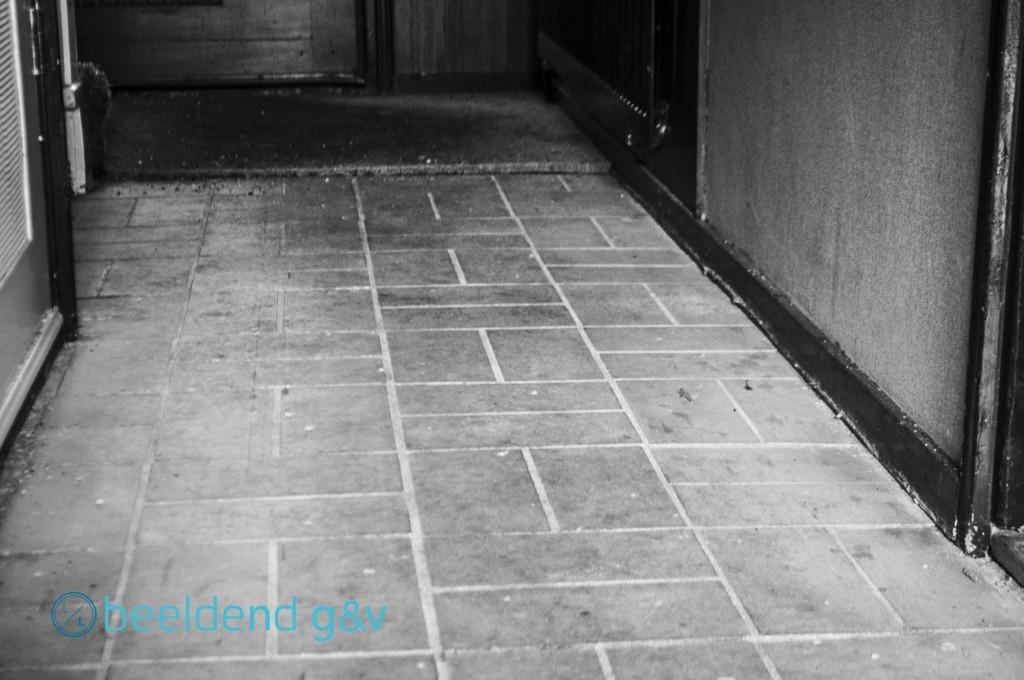 Tegelvloer, gelegd in cement