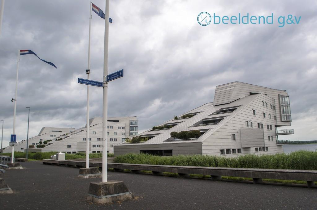 Veel wind aan de Gooimeerpromenade