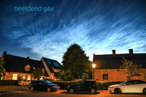 Lichtende nachtwolken boven De Boerderij