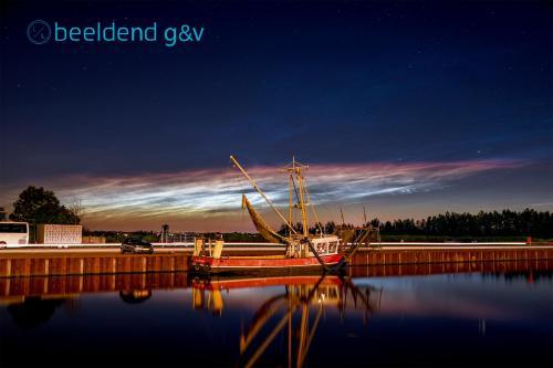 Lichtende nachtwolken boven de Werkhaven
