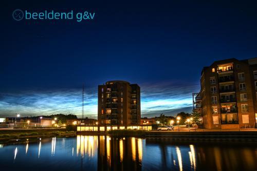 Lichtende nachtwolken boven de IJsbaankade