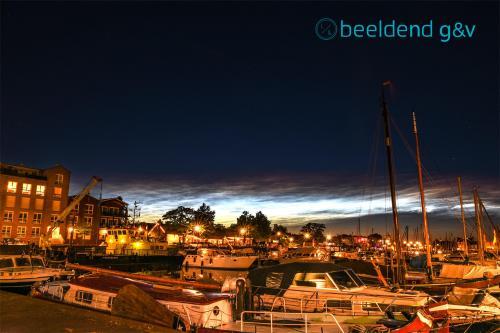 Lichtende nachtwolken boven de Oude Haven